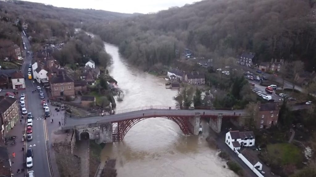 Residents in Bewdley evacuated as flood defences breach