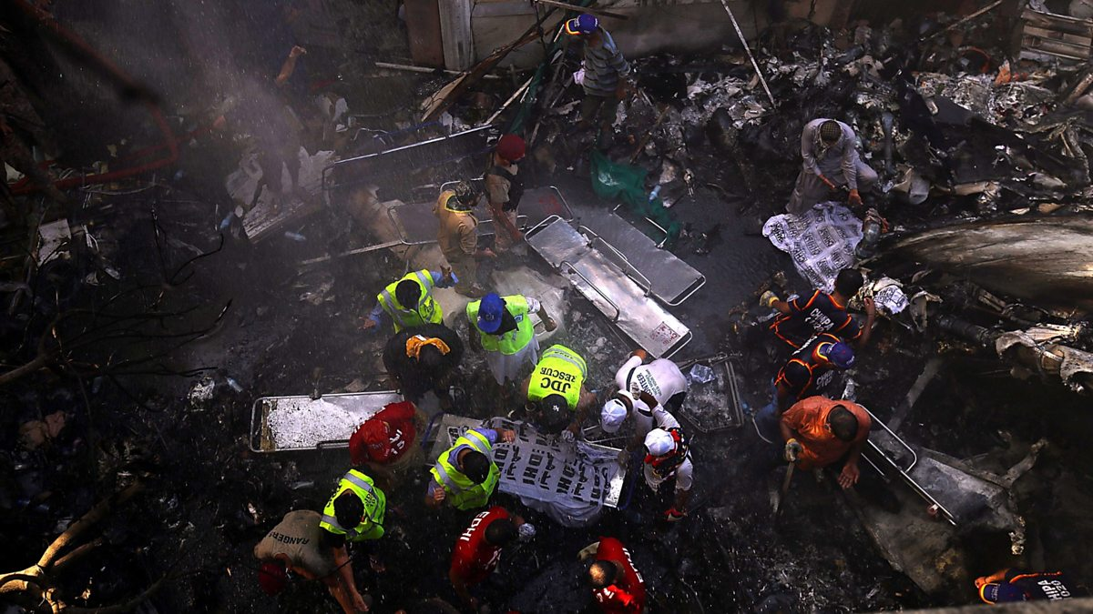 Pakistan: Dozens die as jet crashes into homes